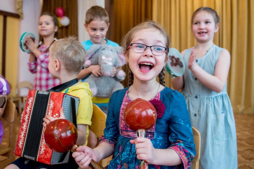 Музыкальное занятие в детском саду. Портрет для выпускного альбома