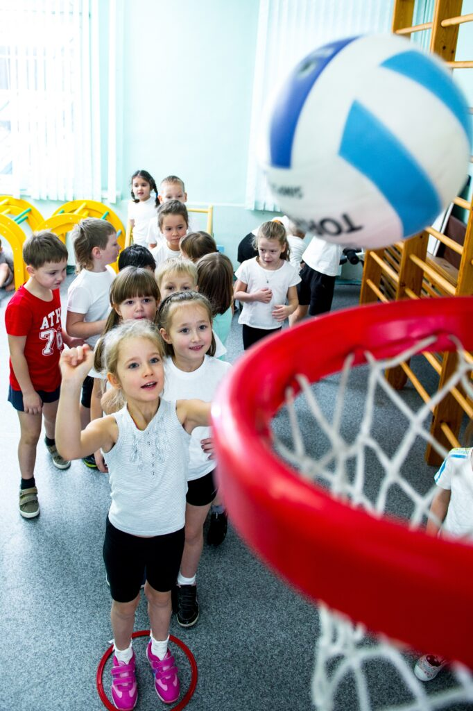 Спортивная галерея фотографий. Портрет для выпускного альбома в детском саду. На физкультуре