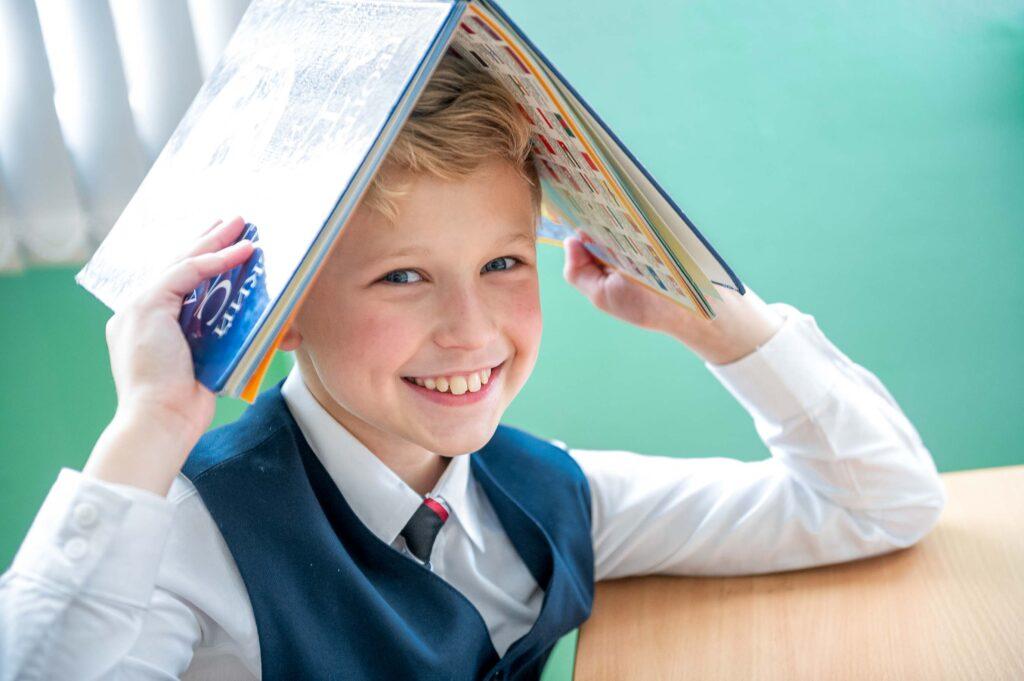 Веселые уроки в школе. Портрет для выпускного альбома в начальной школе.