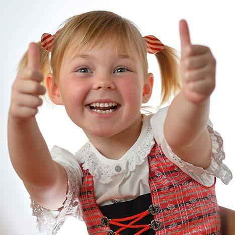 Девочка показывает супер пупер, что точно показывает настроение детей на фотосессии.