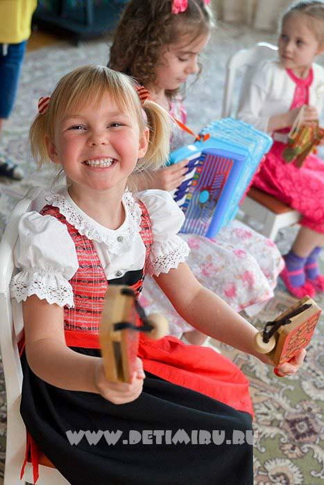 Набор фотографий одного ребенка.  Фотограф, владеющий музыкальными инструментами с лёгкостью научит детей пользоваться ими.