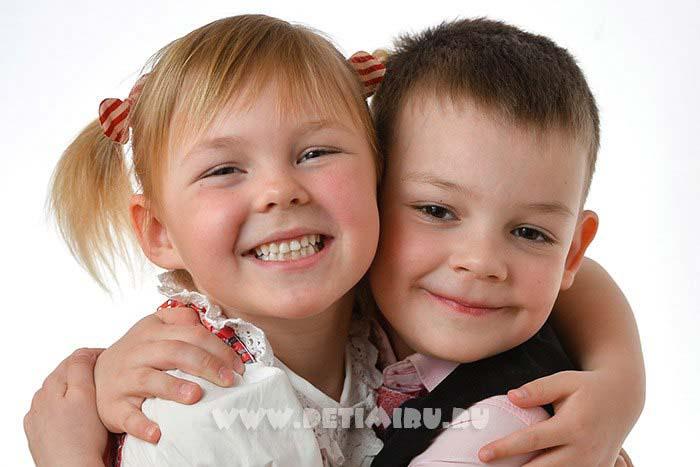 Набор фотографий одного ребенка.Портреты должны быть не только самого выпускника. Набор портретов включает и фотографии с друзьями и подругами