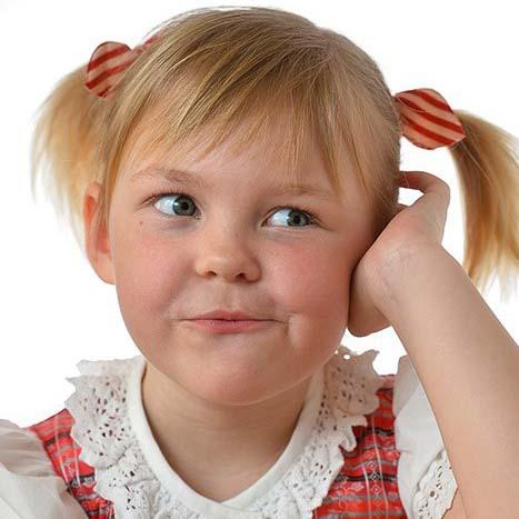 Набор фотографий одного ребенка. Портрет девочки задумавшейся о чем то своём.