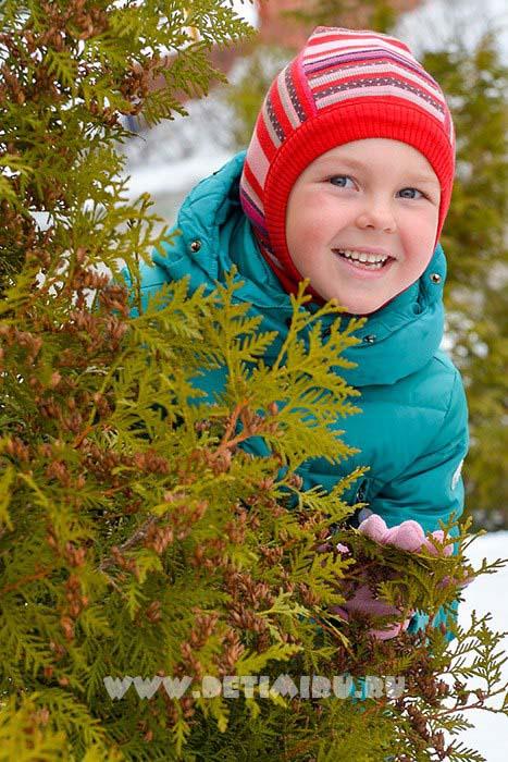 Набор фотографий одного ребенка.А вот и прогулка. Зимние портреты могут быть яркими и насыщенными красками не смотря на малое количество зелени и цветов.