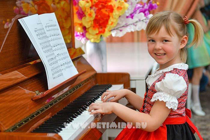 Набор фотографий одного ребенка. Кто, если не клавишник со стажем, правильно посадит ребенка за инструмент и поставит руки, как у пианиста